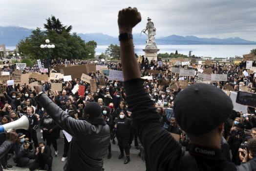 (Italiano) NORVEGIA: MIGLIAIA DI PERSONE PROTESTANO CONTRO IL RAZZISMO